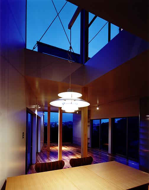 片瀬山の家 キッチンより夜の景色。