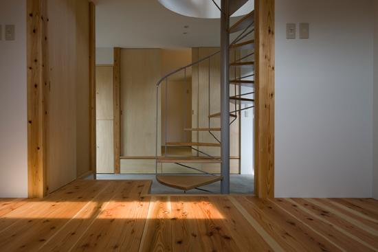普通の家4 板間より土間をはさんで和室を見る。