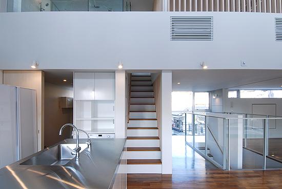 ヒナダンノイエ 3階キッチンより北側入口方向を見る。