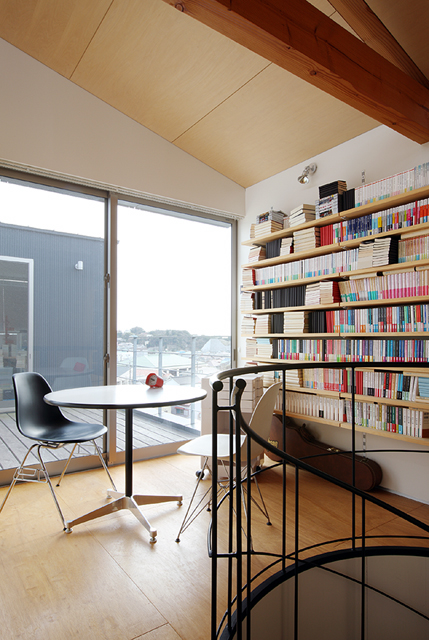 片瀬山の家2 2階ホールよりデッキを介して離れ(書斎)を見る。