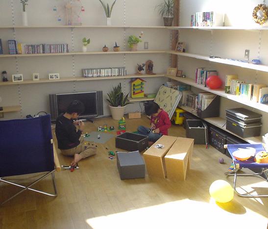 上石神井の住宅 2階居間で遊ぶ子供達