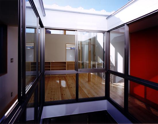 OKU 2階子供室より中庭を介して2階居間を見る。