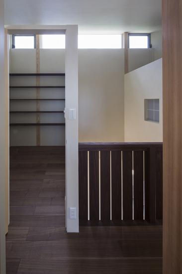 下関の家 2階廊下より書斎と吹抜けを見る