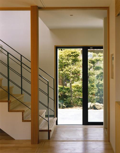 裾野の家 リビングより玄関を見る。