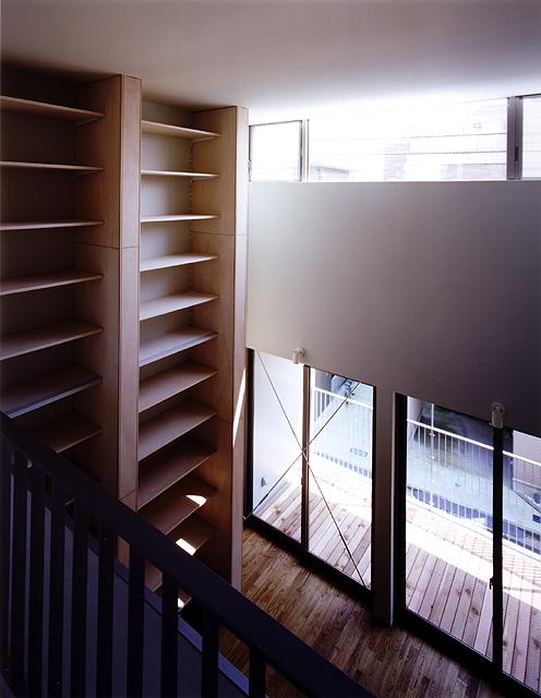 t-cube 3階より吹抜けを見る。