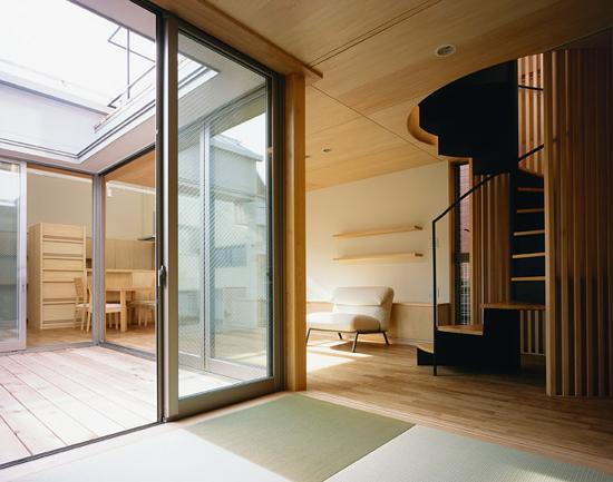 CH11 和室より中庭と居間を見る