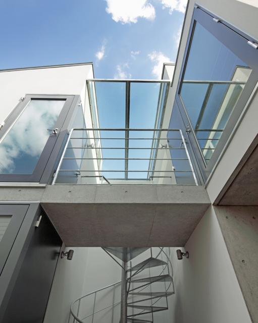 LOP アプローチ突当りにある螺旋階段とブリッジを見上げる