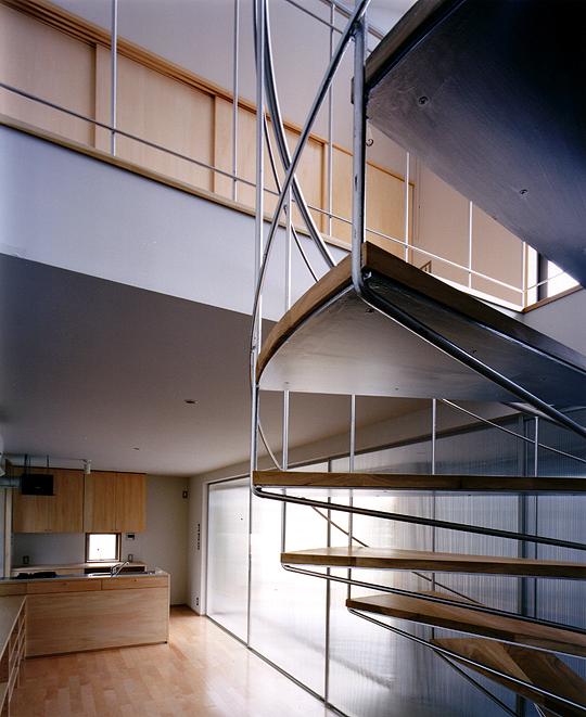 屏風浦のアトリエのある家 居間と2階のつながり