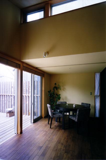 桜を見る家 リビング北側のハイサイド窓。