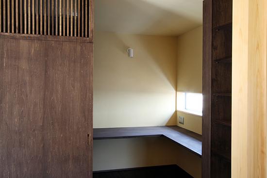 桜を見る家 キッチン横にあるご主人の書斎