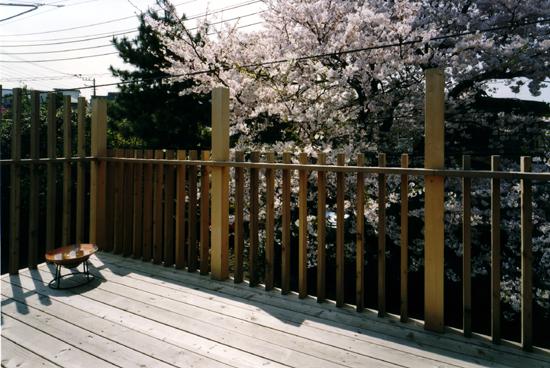桜を見る家 2階デッキ