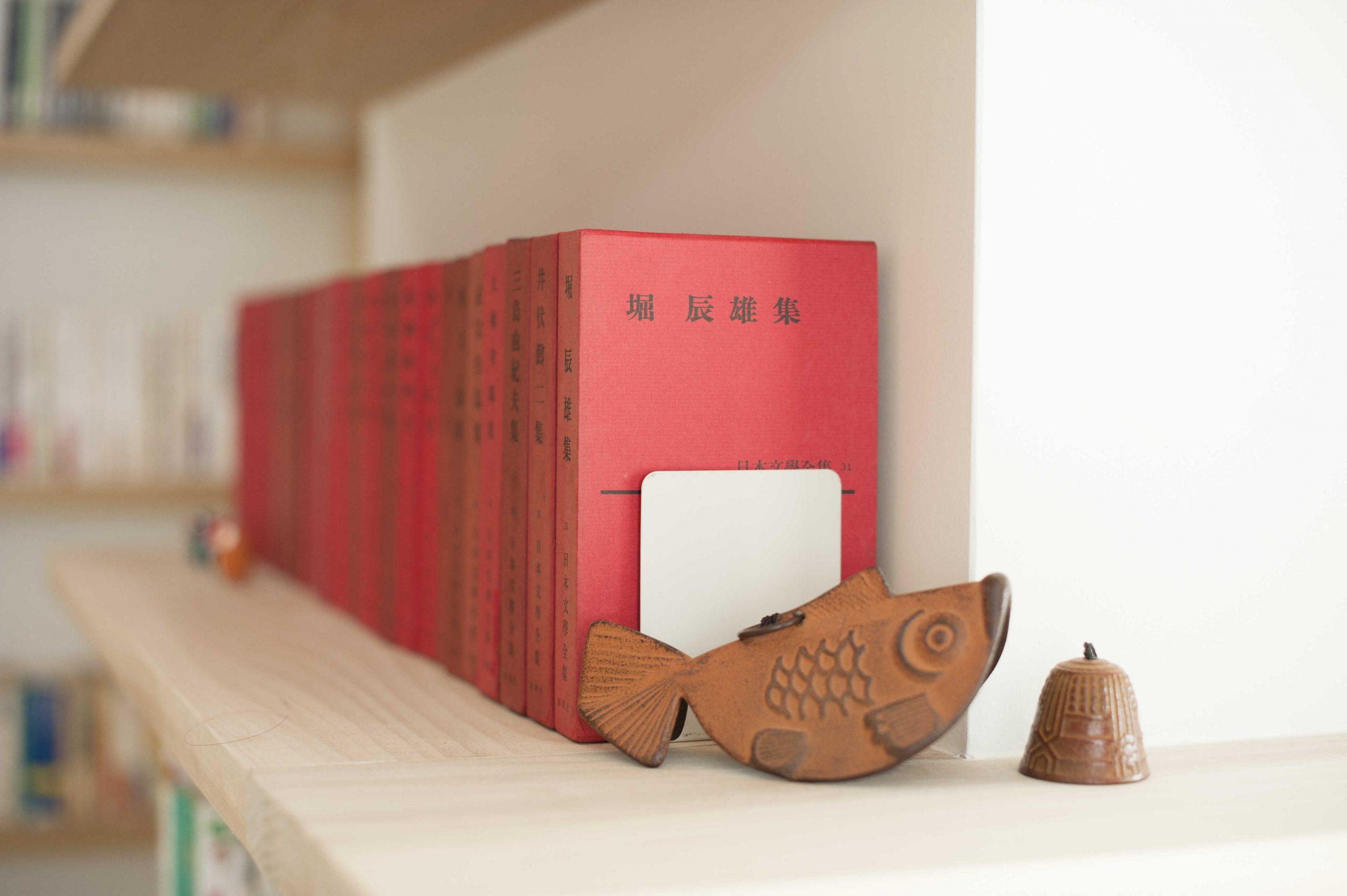 矢来の家・1階本棚。